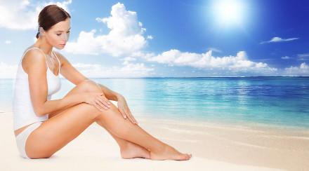 Девушка на пляже задумалась о шугаринге