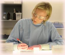Ученый в лаборатории изучает молекулу глюкозы под микроскопом