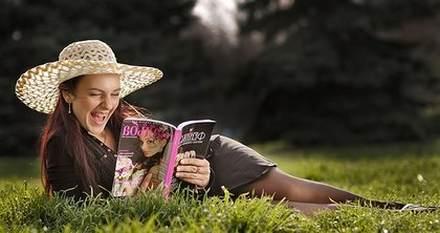 девушка на газоне